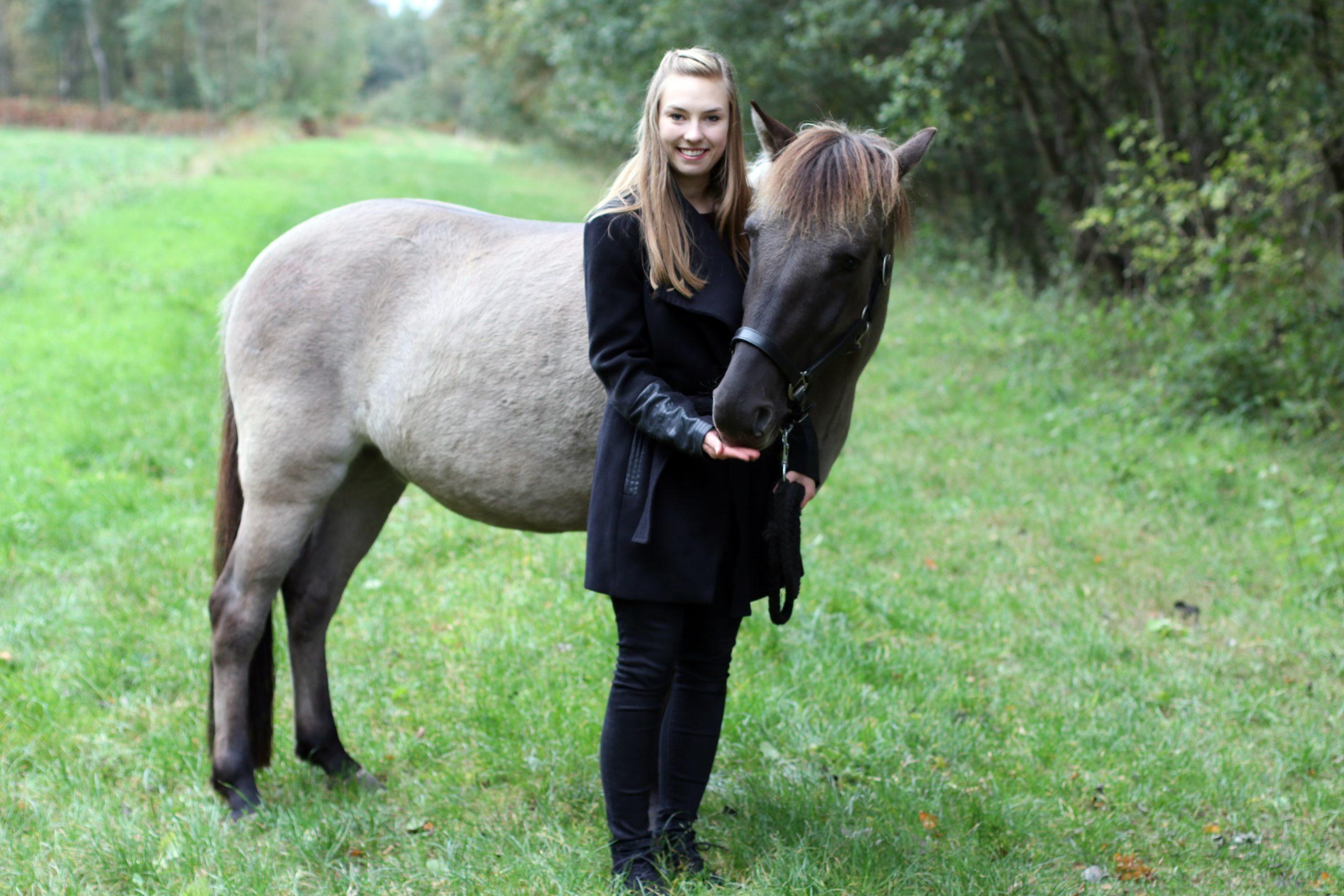 Jacqueline Rott mit einem Dülmener Wildpferd